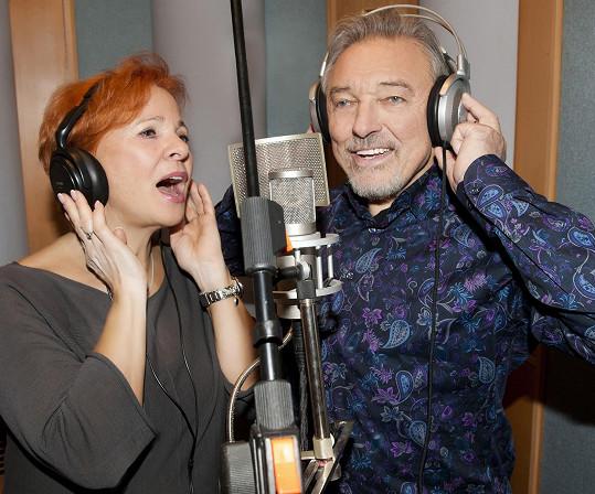 A při natáčení závěrečné písně ve studiu.
