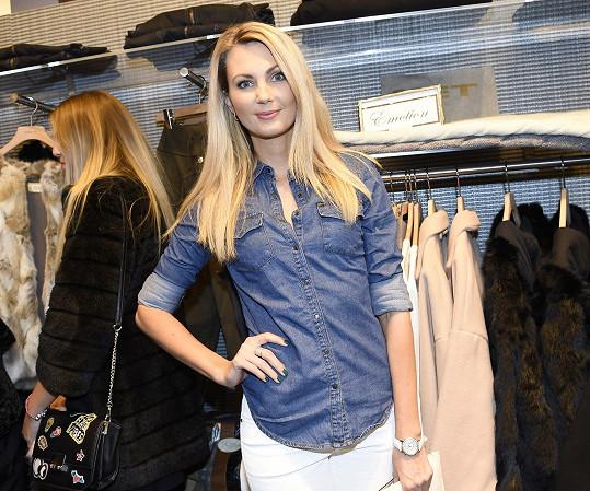 Sandra vyrazila na otevření značkového obchodu v centru Prahy.