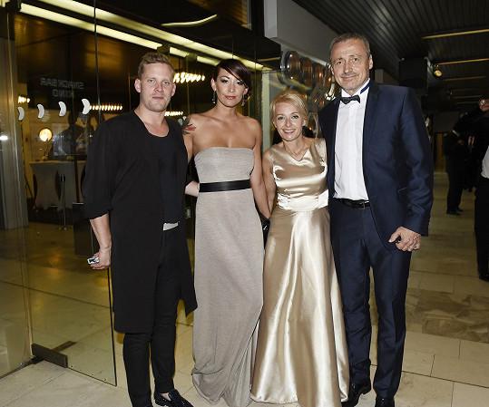 Jakub Prachař s manželkou Agátou a Veronika Žilková s manželem Martinem Stropnickým
