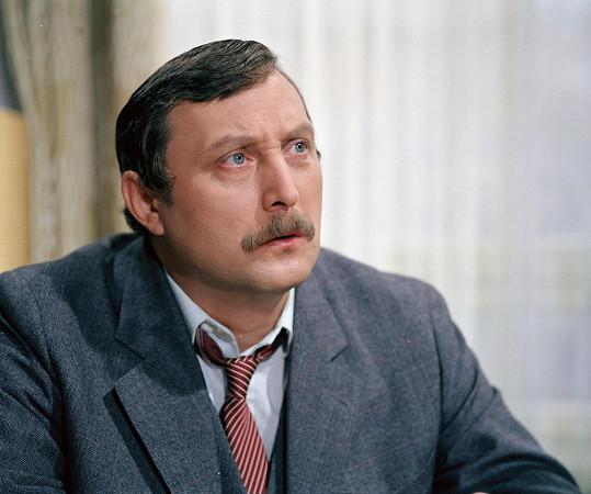 Ladislav Frej měl v seriálu povolený knír, Zedníček zase delší vlasy.