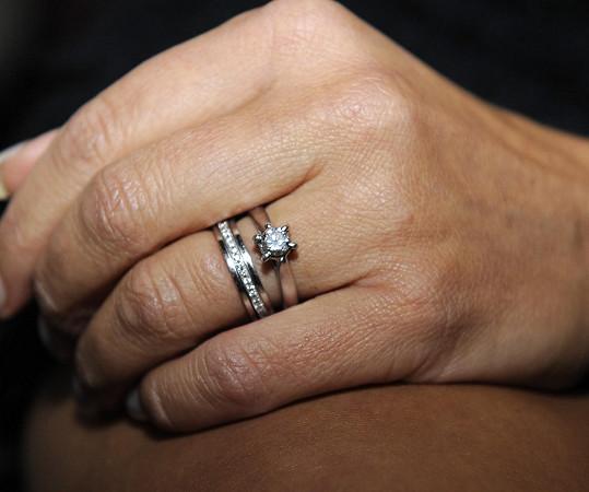 Vendula ukázala zásnubní i snubní prsten.