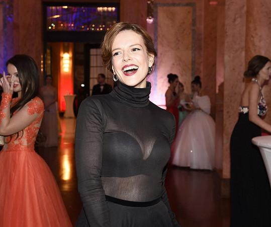 Na plese se výborně bavila.