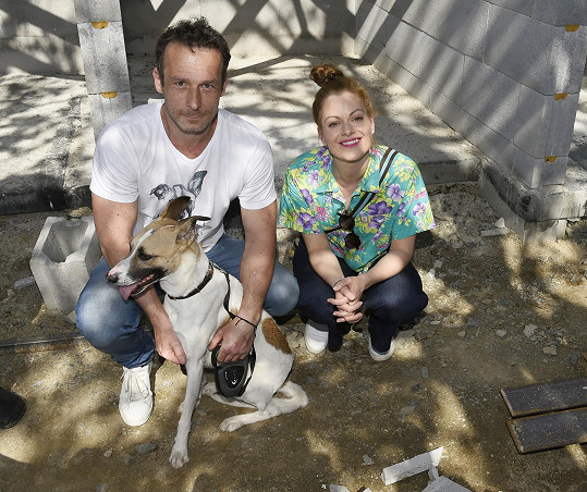 Hanka na stavbě psího útulku, který vzniká díky projektu Gump Filipa Rožka.