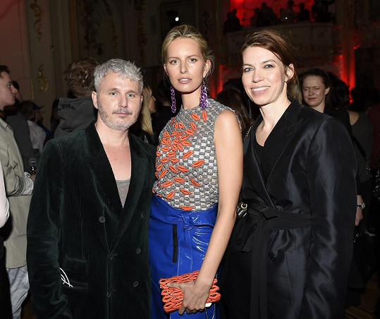 Karolína se zúčastnila českého módního svátku hlavně díky šéfredaktorce Elle Andree Běhounkové. Na fotce pózují s ředitelem Mercedes-Benz Prague Fashion Weeku Lukášem Loskotem.