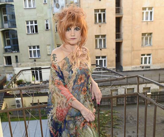 Iva na balkonu ateliéru ukázala i své tetování.