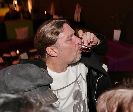 Drogy jsou zlo, ale alkohol si Petr s chutí dopřeje.