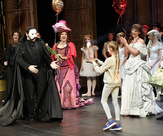 Marianovi gratulovalo na jevišti k narozeninám celé obsazení muzikálu.