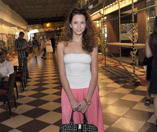 Denisa před kinem Lucerna