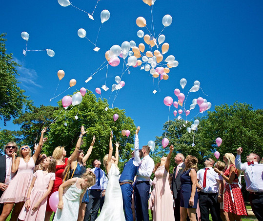 Pouštěly se balónky s přáníčky.
