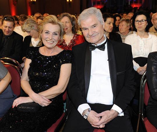 Hannelore seděla přímo za oslavencem Milanem Wolfem a jeho ženou Zdeňkou.