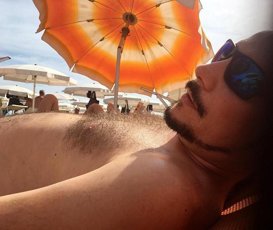 Na pláži vystavil svou obnaženou hruď.
