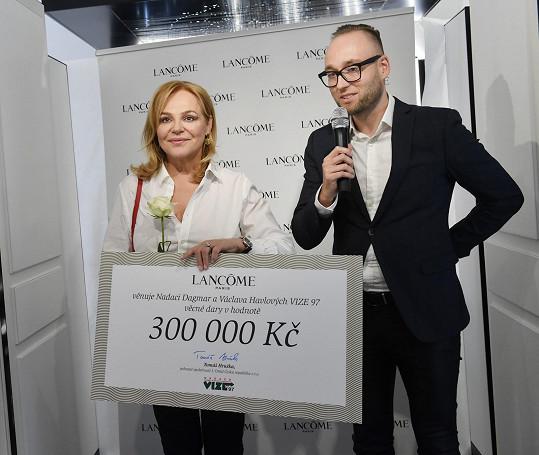 Francouzská kosmetická značka věnovala nadaci Dagmar a Václava Havlových Vize 97 šek na věcné dary vhodnotě 300000 Kč.