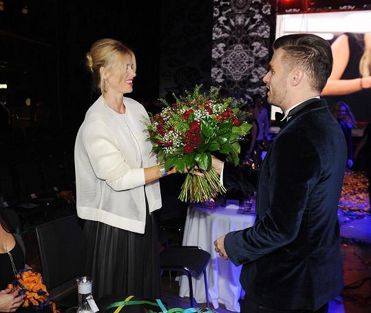Leoš Mareš předal po finále předsedkyni poroty Daniele Peštové kytku.