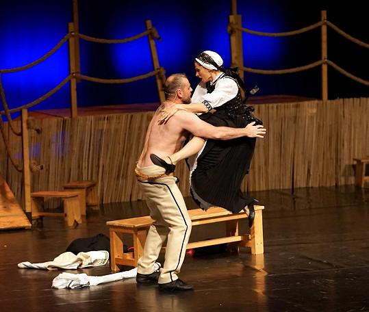 Bez rozpaků se během představení svlékl do půl těla.