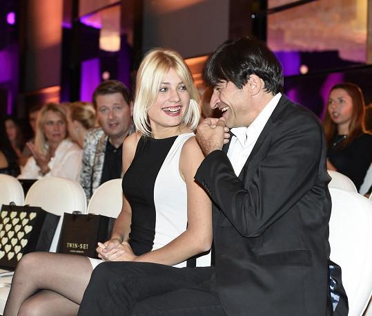 S výrazně mladší blondýnkou si Zdeněk náramně rozumí.
