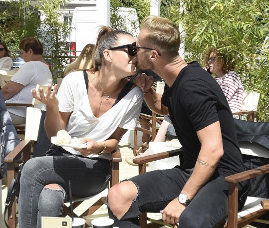 Takhle spolu cukrovali na letošním karlovarském festivalu.