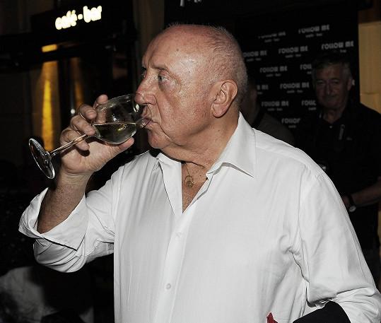 Průběžně doplňoval obsah alkoholu v krvi.