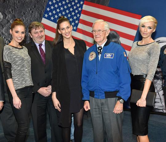 Fotily se s ním i modelky Aneta Vignerová, Tereza Budková a Hana Mašlíková, které měly za úkol přestřihnout pásku.