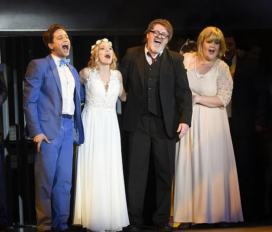 Pavlína s kolegy na děkovačce v Divadle Broadway.