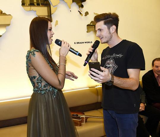 Martin si střihl duet se zpěvačkou Karolínou Gudasovou.