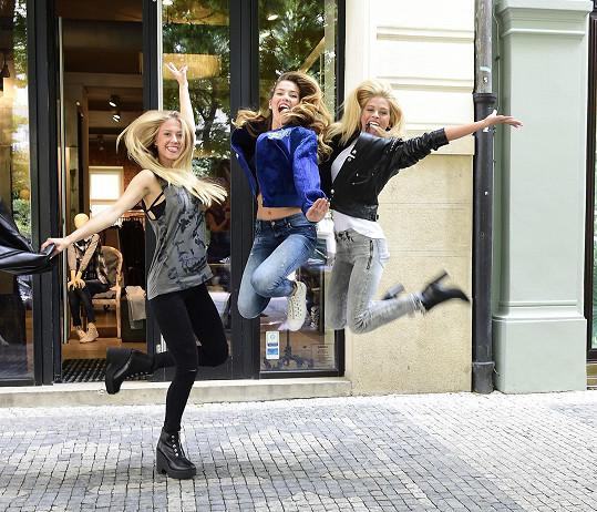 Před odletem stihla nákupy s misskami Andreou a Kristýnou.