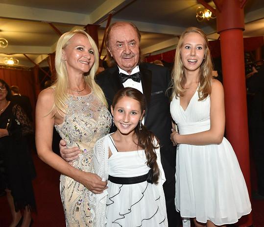 Šárka Grossová s dcerami a producentem Fantoma opery Františkem Janečkem