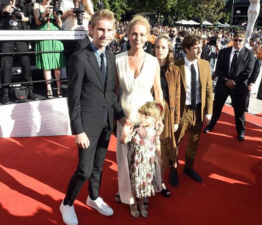 S dcerami Mayou a Lunou a synem Levonem