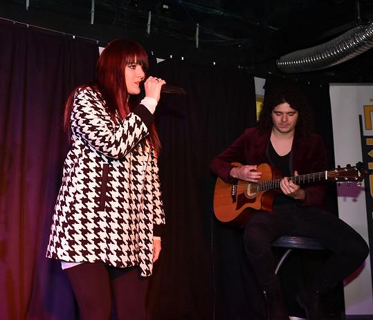 Ewa na pódiu s přítelem Martinem Chobotem.