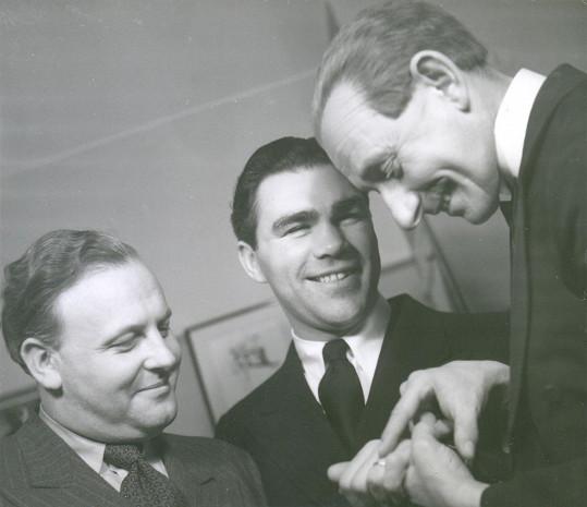 Karel Lamač s Maxem Schmelingem a Vlastou Burianem v divadle po představení