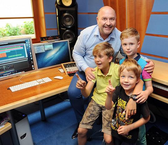 Michal David s vnukem Sebíkem a syny Venduly Svobodové a Karla Vágnera