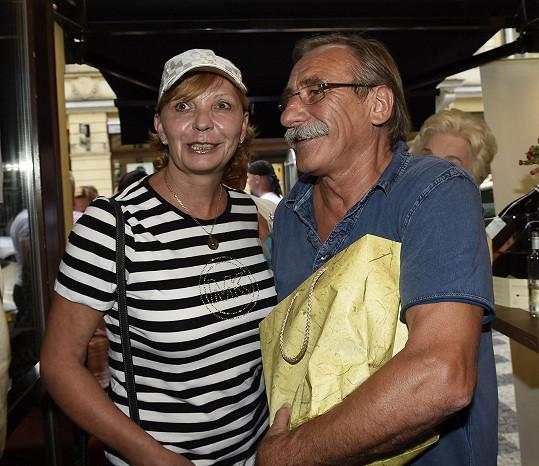 Pavel Zedníček a Hana Kousalová s dárkem