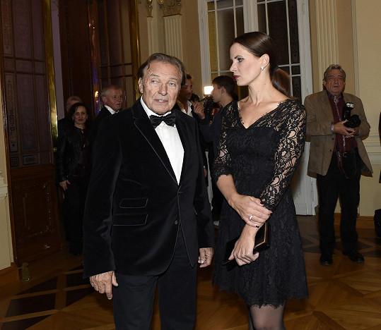 Karel Gott chodí do společnosti v doprovodu své tiskové mluvčí Anety Stolzové.