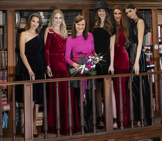 Přehlídku šly zprava Karolína Kopíncová, Taťána Makarenko, Denisa Spergerová, Karolína Mališová a čtyřlístek modelek doplňovala baletka Barbora Petrová.