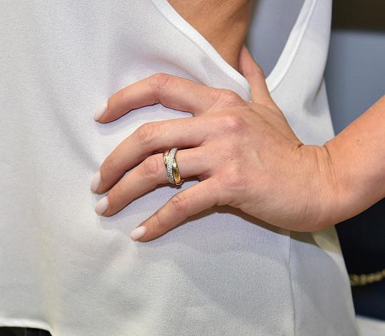 Takhle vypadá snubní prsten v detailu.