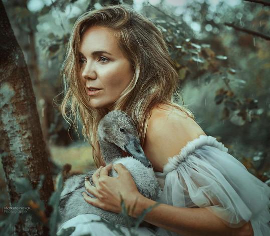 Křehkost a krása, to vyzařuje z fotografií Vondráčkové.