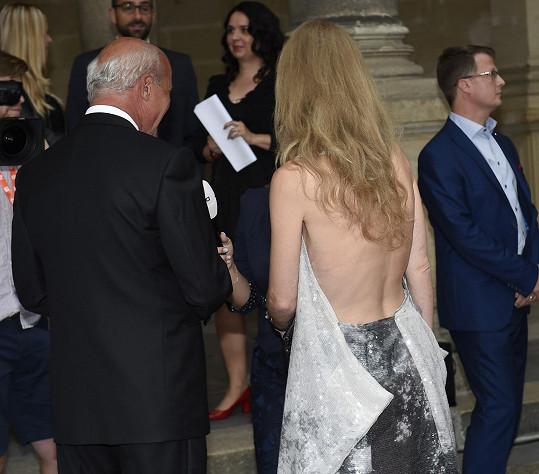 Šaty od Liběny Rochové měly odhalená záda.