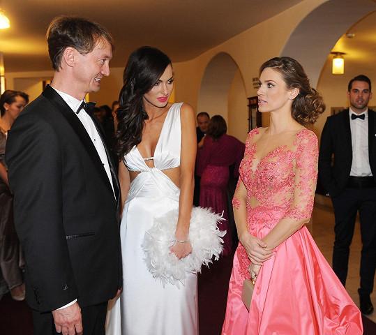 Verešová v družném rozhovoru s Eliškou Bučkovou a jejím manažerem