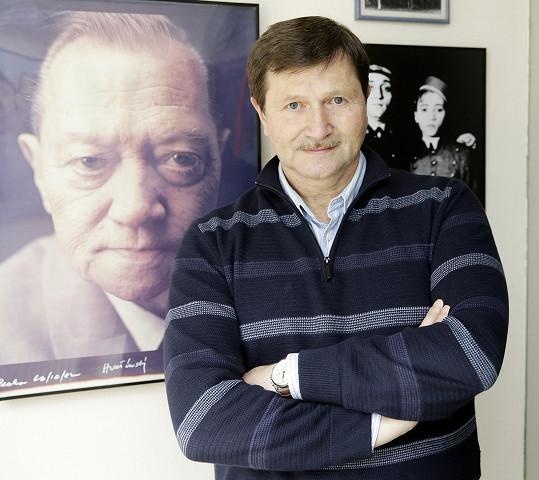 Kristýny táta – Jan Hrušínský, principál Divadla Na Jezerce, za ním na fotografii jeho slavný otec Rudolf.