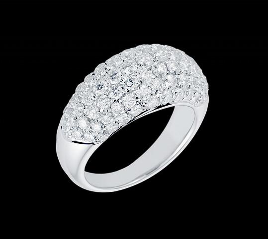 Moničiny ruce zdobily celkem tři masivní prsteny.