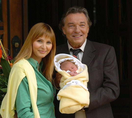 Tentýž rok mu tehdy ještě přítelkyně Ivana Macháčková porodila dceru Charlotte Ellu.