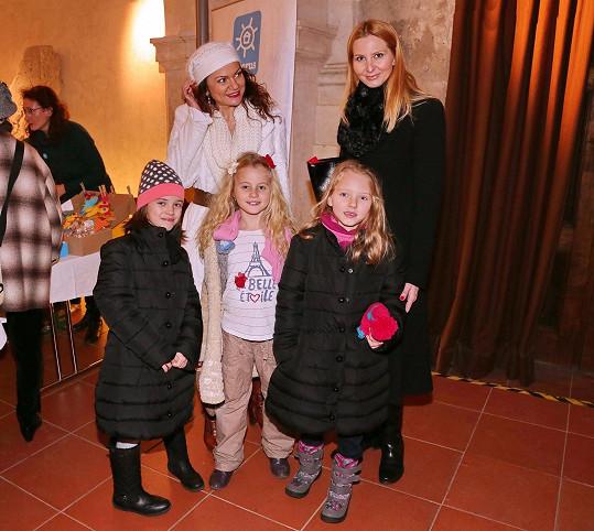 Ivana Gottová s dcerami, kamarádkou Vandou Károlyi a její dcerou Laurou.