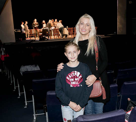 Malá Emily s maminkou na první zkoušce