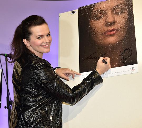 Marta se podepsala na svoji fotku v kalendáři.