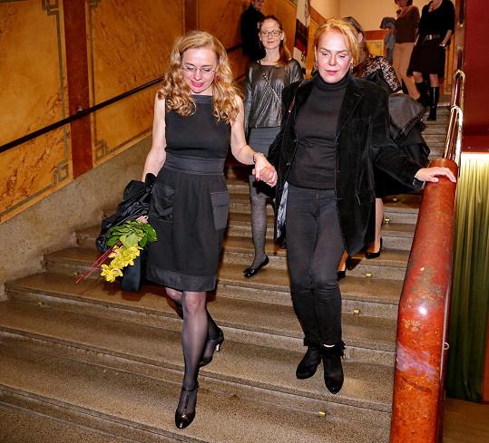 Andrea Sedláčková pomáhala Dagmar Havlové ze schodů.