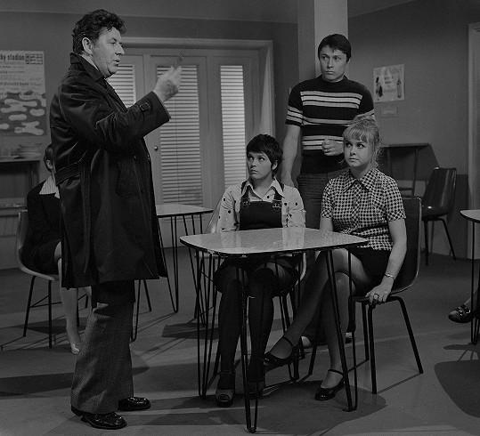 Jitka Smutná si v nepříliš povedeném krimifilmu Konec semestru (1974) zahrála například s Jiřím Valou.
