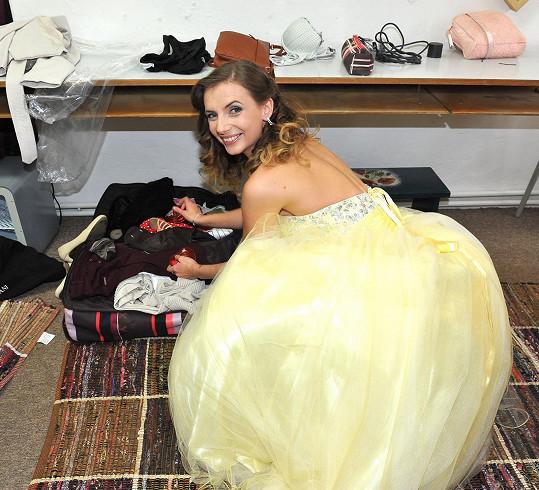 Do ateliéru si přinesla plný kufr šatů.