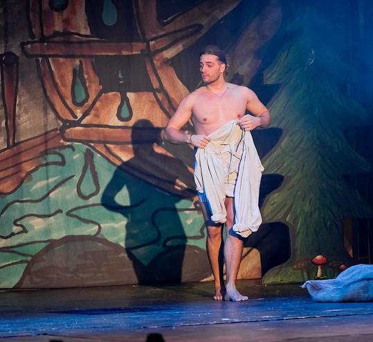 Muzikálový zpěvák se na jevišti ukáže svlečený do půlky těla.