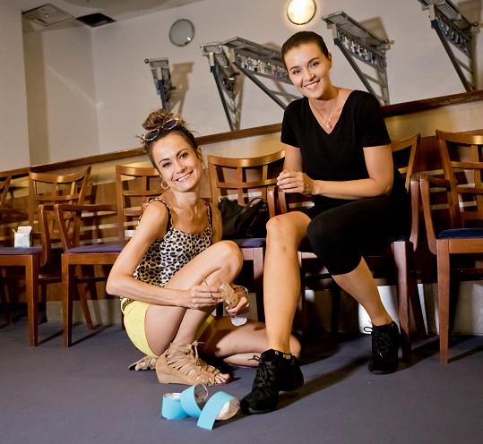 Choreografka Quaša Ivě před kažkou zkouškou koleno tejpuje.