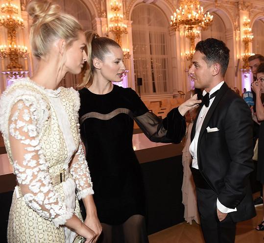 Linda Vojtová se během večera dobře bavila se svou nejlepší kamarádkou Michaelou Kociánovou a jejím přítelem Arranem.