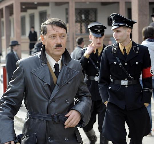 S Křížem coby Hitlerem žádný z herců nechtěl mimo záběr příliš komunikovat.